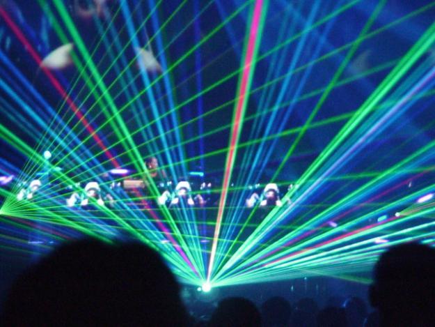 Obraz pokazujący lasery